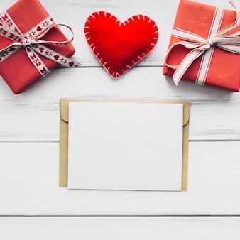 Document blad dichtbij hart en cadeaus