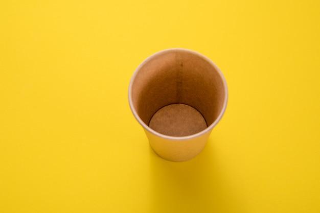 Document glas voor dranken op geel worden geïsoleerd dat