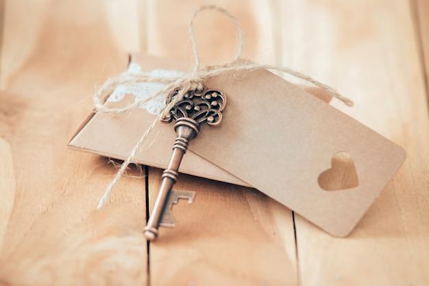 Document kaart met sleutel die samen op een houten achtergrond ligt