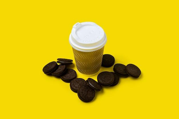 Document kop en chocoladeschilferkoekjes op geel