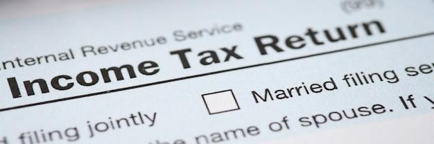 Document met het inkomstenbelastingformulier ligt op tafel voor het invullen en indienen van gegevens over inkomen en