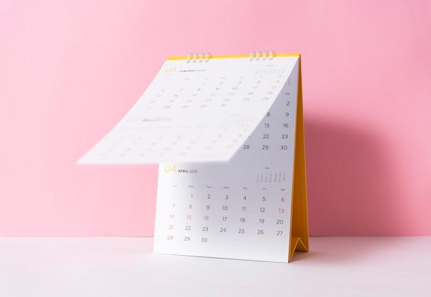 Document spiraalvormig kalenderjaar 2019 op roze achtergrond.