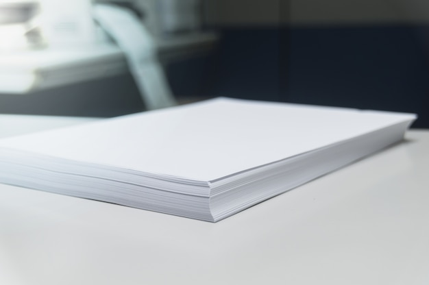Document voorbereiden. wit papier. bedrijfsrapporten en boekhouding van documenten op kantoor ba