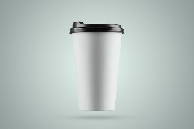 Document witte koffiekop die op een blauwe achtergrond wordt geïsoleerd