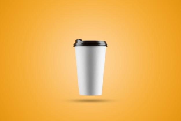 Document witte koffiekop die op een gele achtergrond wordt geïsoleerd