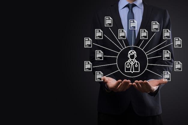 Documentbeheersysteem dms. zakenman houdt arts en documentpictogram vast. software voor het archiveren, zoeken en beheren van bedrijfsbestanden en informatie. internettechnologieconcept. digitale beveiliging.