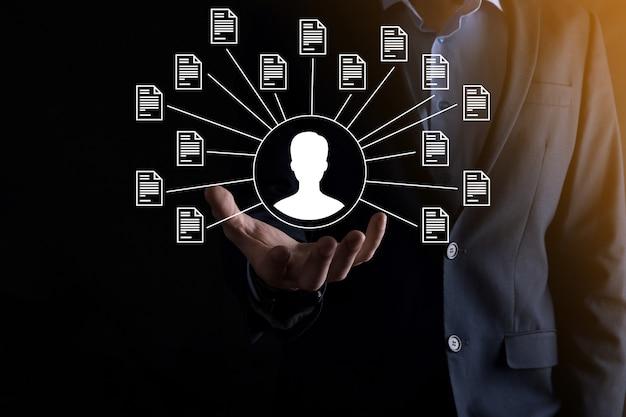 Documentbeheersysteem dms. zakenman houdt gebruiker en documentpictogram vast. software voor het archiveren, zoeken en beheren van bedrijfsbestanden en informatie. internettechnologieconcept. digitale beveiliging.