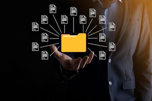 Documentbeheersysteem dms. zakenman houdt map en documentpictogram. software voor het archiveren, zoeken en beheren van bedrijfsbestanden en informatie. internet technologie concept. digitale beveiliging.