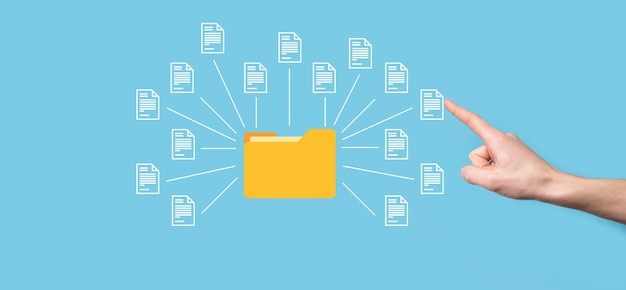 Documentbeheersysteem dms. zakenman houdt map- en documentpictogram vast. software voor het archiveren, zoeken en beheren van bedrijfsbestanden en informatie. internettechnologieconcept. digitale beveiliging