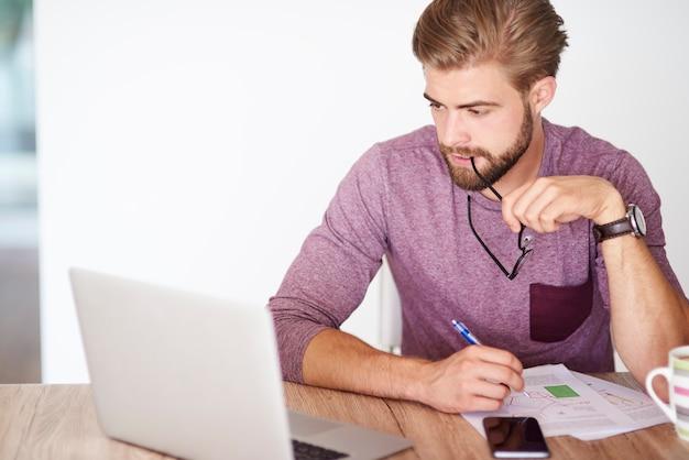 Documenten analyseren en laptop gebruiken