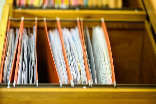 Documenten in dossiers geplaatst in archiefkast