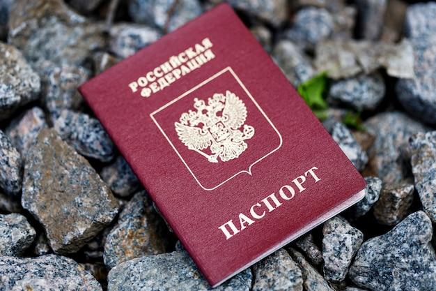 Documenten kwijt. rood document met de inscriptie van het paspoort van de russische federatie. hoge kwaliteit foto