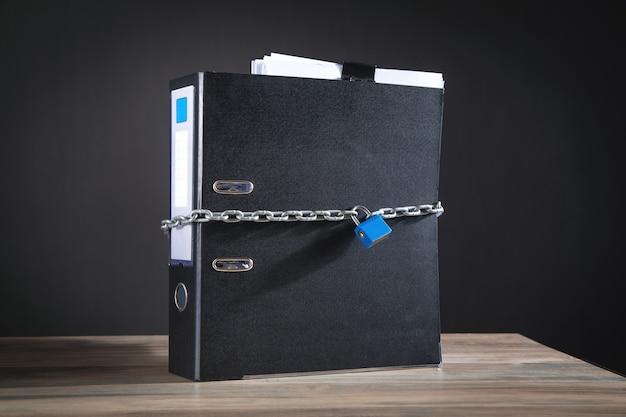 Documenten vergrendeld met hangslot en kettingen.