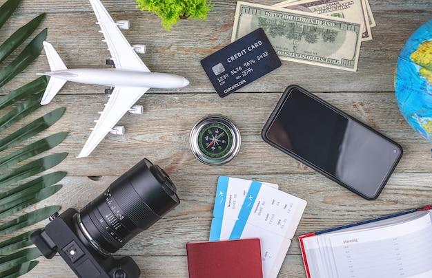 Documenten, vliegtickets en andere reisbenodigdheden op een houten achtergrond