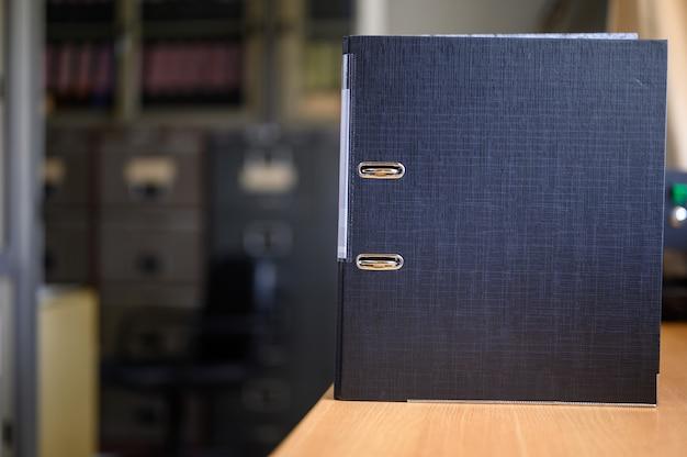 Documenten wachten om te worden goedgekeurd, geplaatst bij het bureau