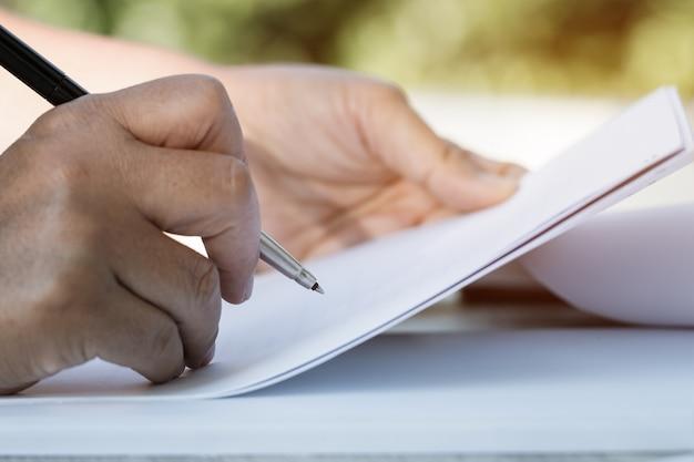 Documentrapport en zaken bezig concept: zakenmanmanager die ondertekeningsdocumenten controleren