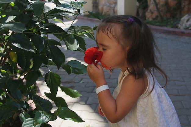 Dodelijke schoonheid onder bloemen. lente stemming, van nature geplant kind
