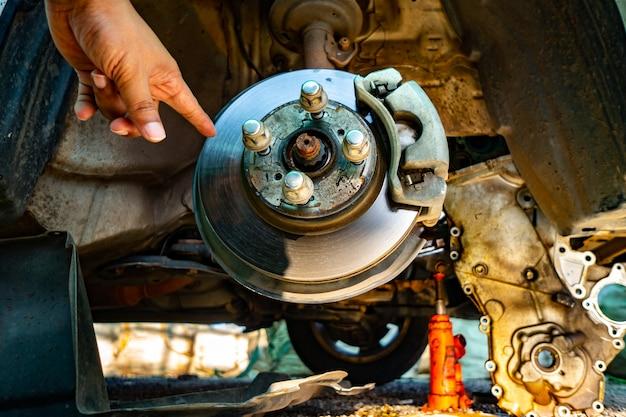 Doe de autowielen af om de autoservice te laten repareren