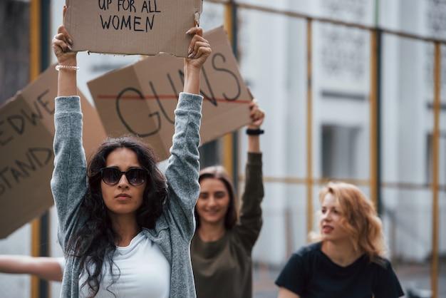 Doe een beroep op de uitvoerende macht. een groep feministische vrouwen protesteert buitenshuis voor hun rechten