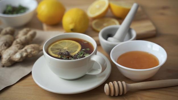 Doe een theelepel honing in een kop hete thee met citroen