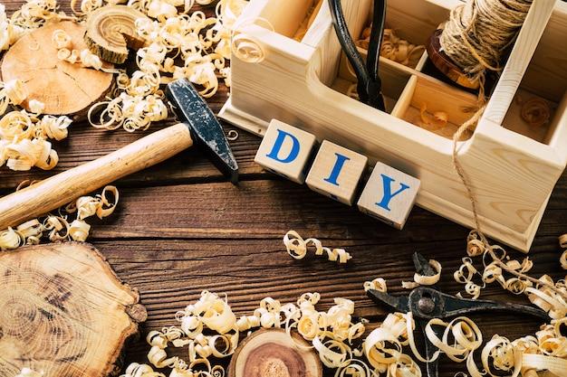 Doe het zelf hout. werkplaats voor houtbewerking. diy. houtkrullen en timmerwerktuigen. kopieer de ruimte. hoge kwaliteit foto