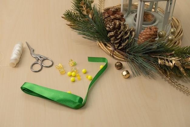 Doe het zelf kerstversiering. lint kerstboom ornamenten diy. stap voor stap instructies. stap 0.