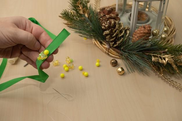 Doe het zelf kerstversiering. lint kerstboom ornamenten diy. stap voor stap instructies. stap 1.