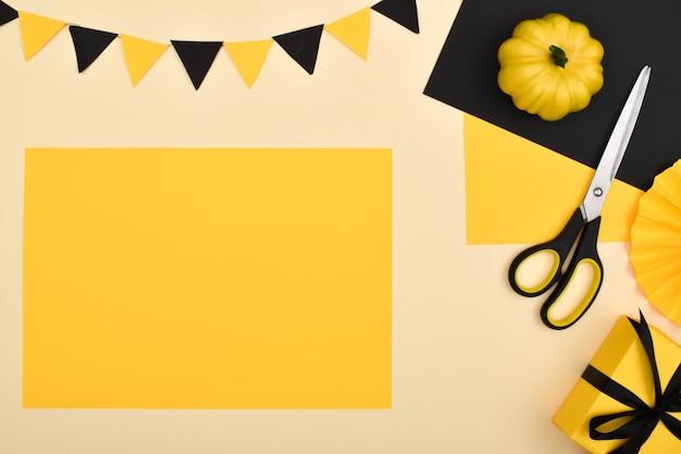 Doe het zelf. we maken een decor van gekleurd papier voor een feestelijke decoratie voor halloween. stapsgewijze instructies. stap 1: bereid gekleurd papier voor.