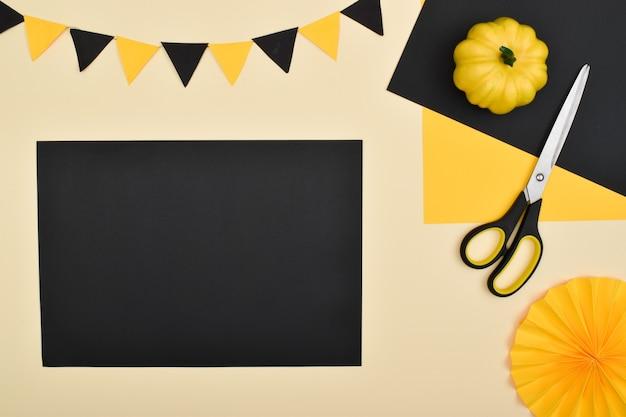 Doe het zelf. we maken een decor van gekleurd papier voor een feestelijke decoratie voor halloween. stapsgewijze instructies. stap 4: maak een zwart vel papier klaar