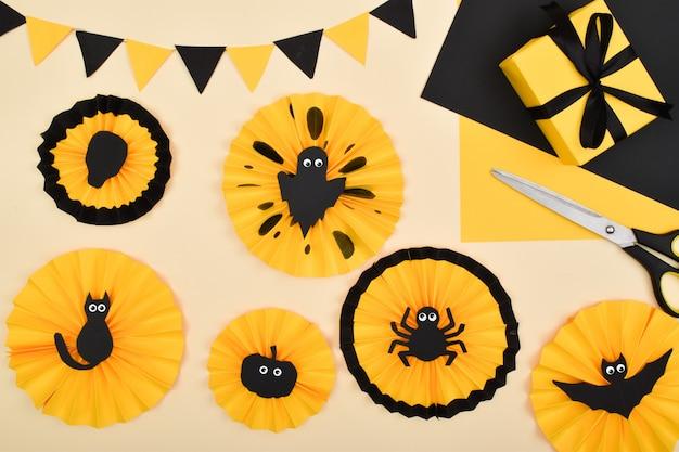 Doe het zelf. we maken een decor van gekleurd papier voor een feestelijke decoratie voor halloween. stapsgewijze instructies. stap 7: het decor is klaar.