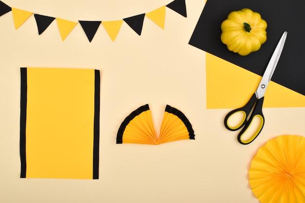 Doe het zelf. we maken een decor van gekleurd papier voor een feestelijke decoratie voor halloween.