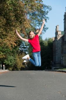 Doe meer van wat je gelukkig maakt. gelukkig kind springt hoog in de buitenlucht. gelukkige jeugd. plezier hebben. gelukkig kind opvoeden. schoolvakanties. zomervakantie. internationale kinderdag.