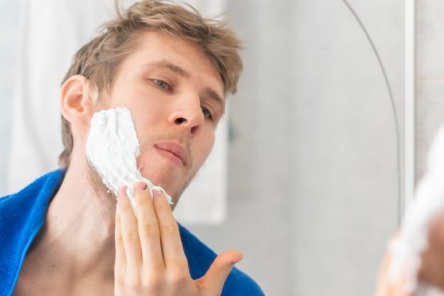 Doe scheerschuim in de badkamer