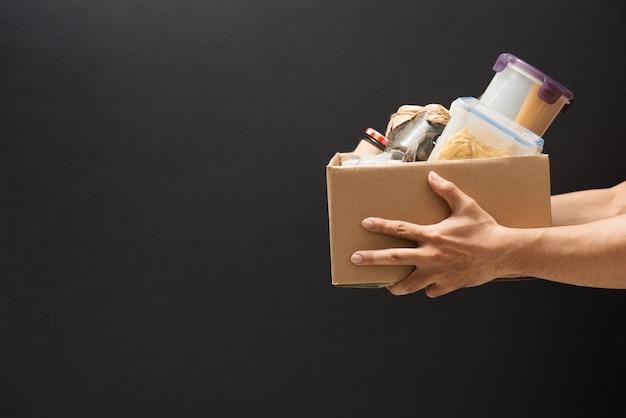 Doe vrijwilligerswerk met een doos met voedsel voor de armen. donatie concept.
