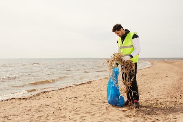 Doe vrijwilligerswerk op het strand