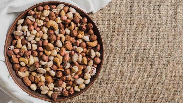 Doek in de buurt van kom met noten