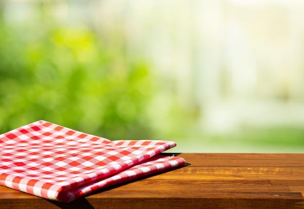 Doek servet op houten tafel met glazen raam achtergrond