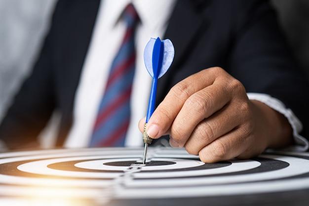 Doel en strategieconcept, zakenmanfocus om te richten door pijltje op het richten te werpen