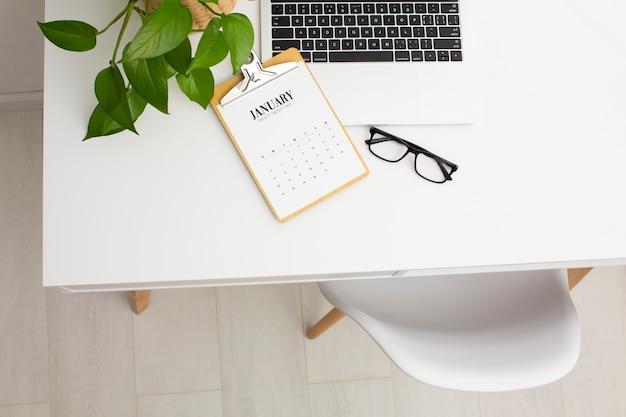 Doelen instellen concept met bureau hoge hoek