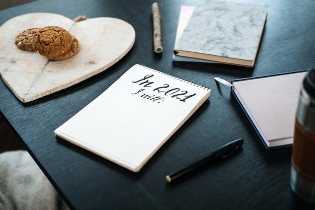 Doelen nieuwjaar resolutie nieuwe ik begin met plannen nieuw jaar komt eraan open notitieblok met tekst klaar voor Premium Foto