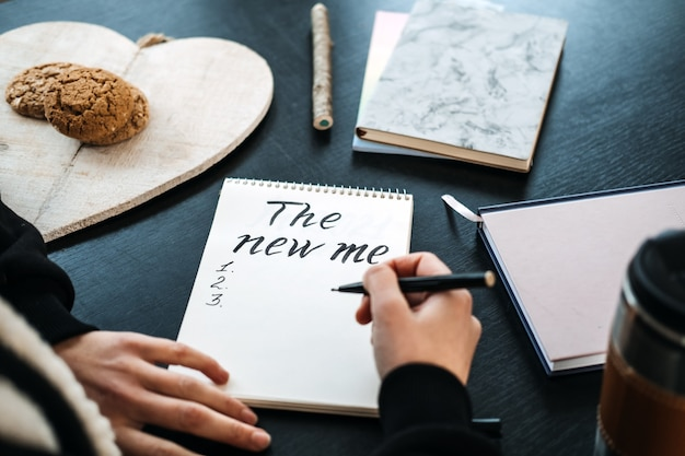 Doelen nieuwjaar resolutie nieuwe ik begin met plannen nieuw jaar komt eraan vrouwelijke handen en open notitieblok