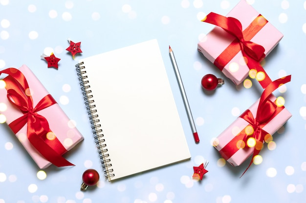 Doelen plannen dromen maken om lijst te doen. het nieuwe concept dat van de vakantiekerstmis van de jaarwinter in notitieboekje schrijft.