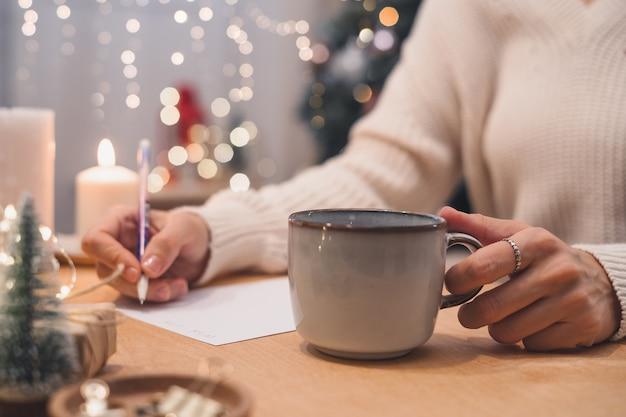 Doelen plannen maken te doen en wensenlijst voor nieuwjaar kerst concept schrijven in notitieblok