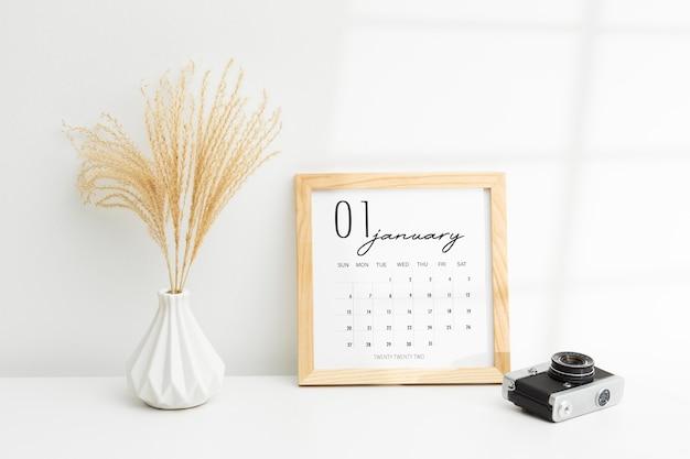 Doelen stellend concept met plant en kalender Gratis Foto