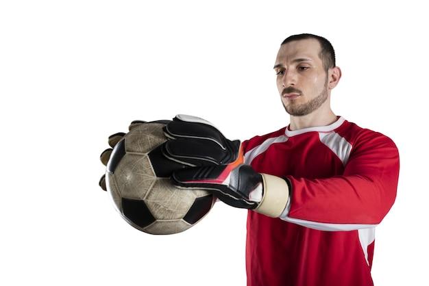 Doelman houdt de bal in het stadion tijdens een voetbalwedstrijd geïsoleerd op een witte achtergrond