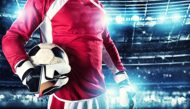 Doelman houdt de bal in het stadion tijdens een voetbalwedstrijd