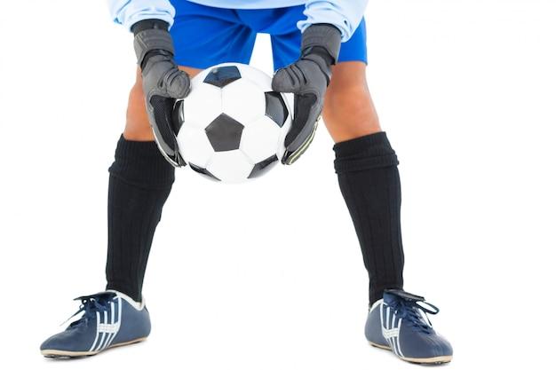 Doelman in blauwe holdingsbal