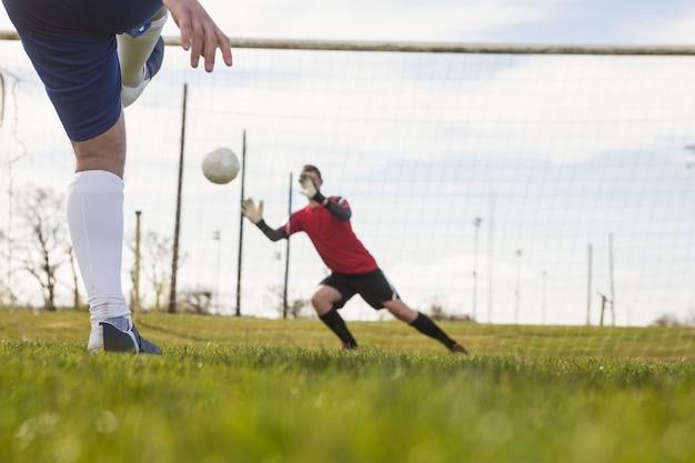 Doelman in het rood opslaan van een penalty