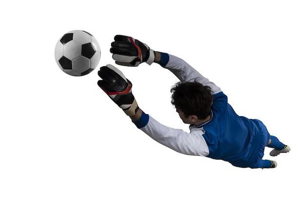 Doelman vangt de bal in het stadion tijdens een voetbalwedstrijd. geïsoleerd op witte achtergrond
