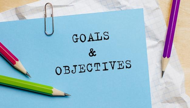 Doelstellingen doelstellingen tekst geschreven op papier met potloden in kantoor